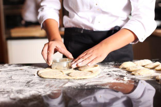 Firmenfeier Stuttgart mit schwäbischem Kochkurs - Teig ausstechen