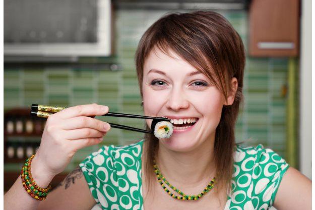 Firmenfeier Stuttgart - Frau isst Maki mit Stäbchen