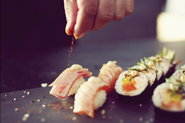 Asia-Kochkurs-Gutschein –Sushi wird gewürzt