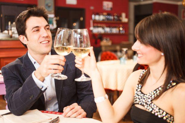 Firmenfeier Stuttgart mit Locationhopping & Kochevent - mit Weißwein anstoßen