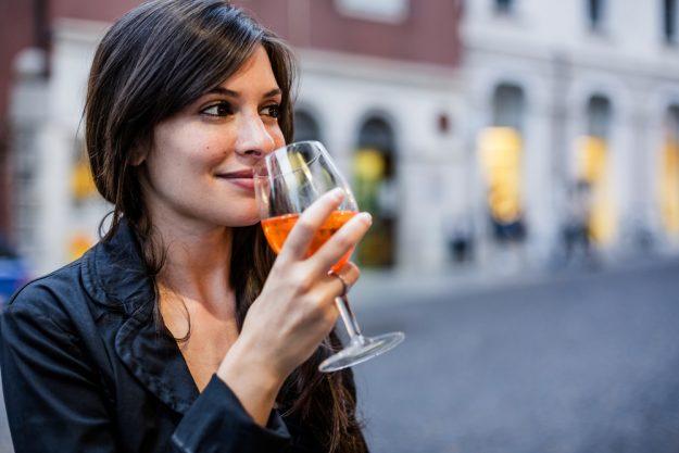 Kulinarische Stadtführung Stuttgart – Frau trinkt Wein