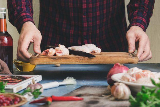 Männer-Kochkurs Stuttgart – Mann bereitet Essen vor