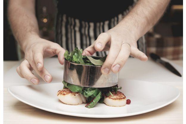 Paar-Kochkurs Stuttgart - Teilnehmer richtet ein Gericht an