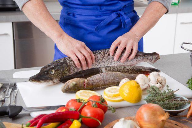 Paar-Kochkurs Stuttgart - Teilnehmer bereitet den Fisch vor