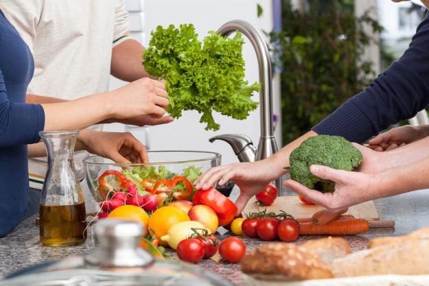 Firmenfeier Stuttgart mit schwäbischem Kochkurs - frisches Gemüse waschen
