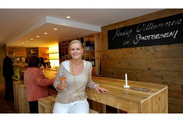 Betriebsausflug Stuttgart mit kulinarischer Stadtführung - Location Frau an der Theke