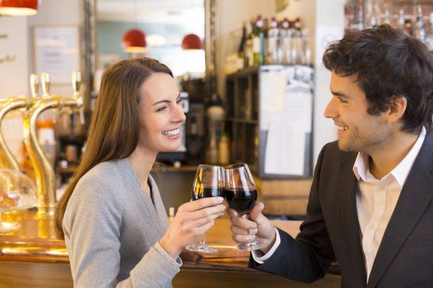 Tapas-Kochkurs Stuttgart - Paar trinkt Rotwein zusammen