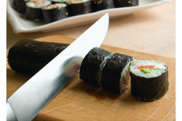 Teambuilding Sushi-Kurs Stuttgart - Sushi Rolle aufschneiden