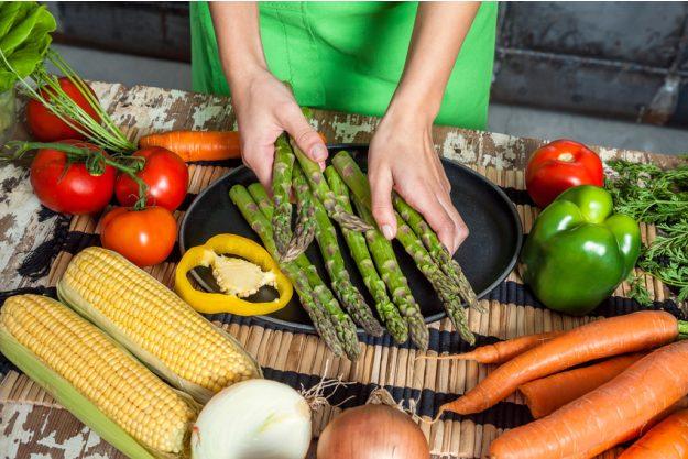 Vegetarischer Kochkurs Stuttgart - frischen grüner Spargel vorbereiten