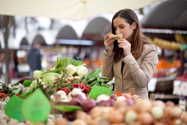 Vegetarischer Kochkurs Stuttgart - Frau auf dem Gemüsemarkt