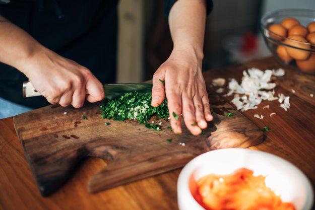 Vegetarischer Kochkurs in Stuttgart – Petersilie hacken