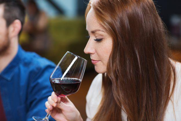 Weinprobe Stuttgart – Frau riecht an Primitivo