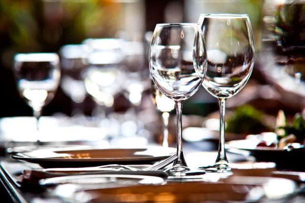 Weinprobe Stuttgart - gedeckter Tisch