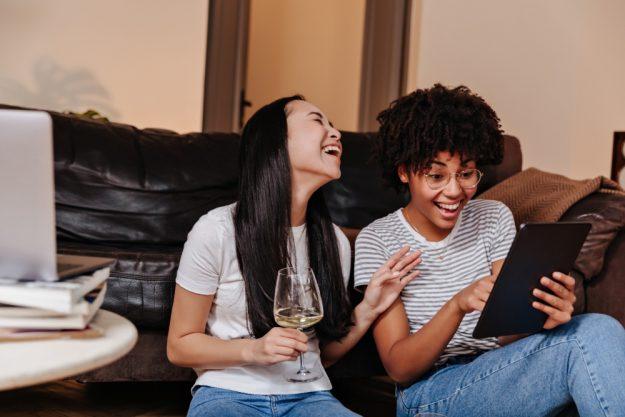 Online Event Weinprobe zwei Freundinnen