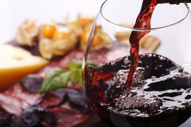 Italienisches Weinseminar Stuttgart - Rotwein eingießen