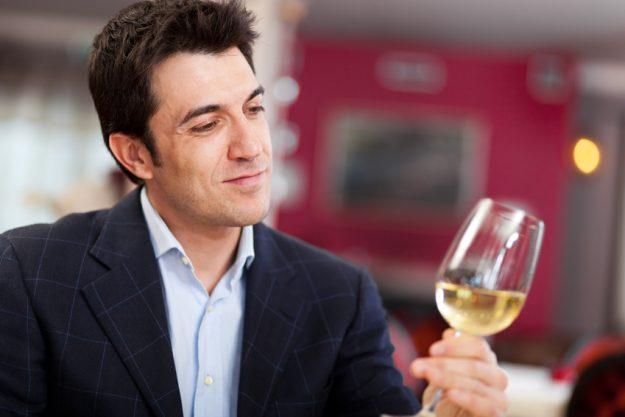 Weinseminar Stuttgart - Mann prüft Weißwein