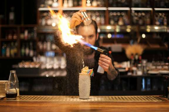Cocktailkurs Berlin – Marcel mixt Drinks mit Feuer