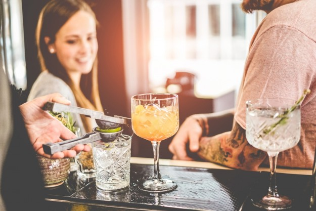 Cocktailkurs Berlin – Marcel Wanek shaken