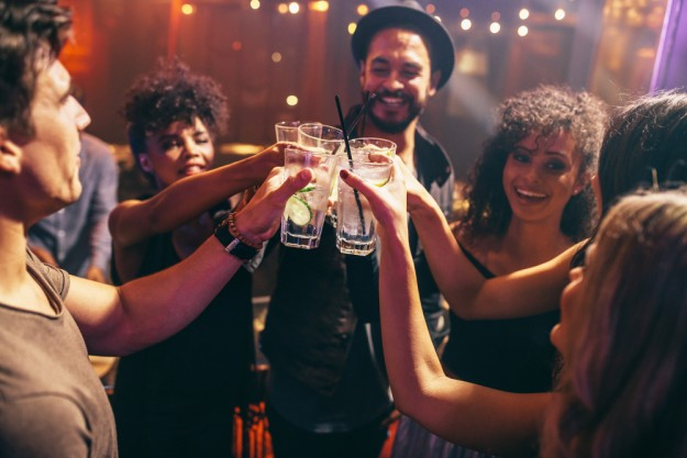 Gin-Tasting Berlin – Freunde trinken zusammen Gin Tonic