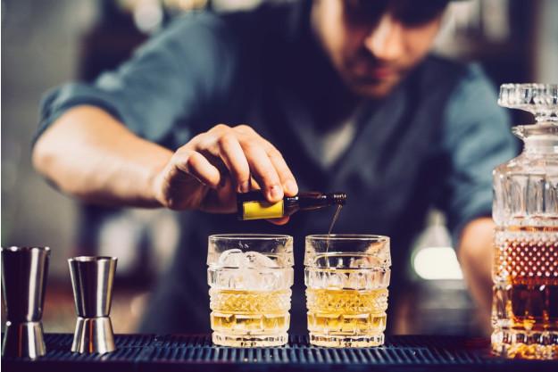 Rum-Tasting Berlin – Barmann mixt Drink mit Rum