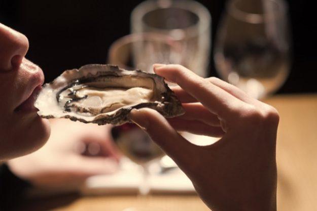 Austern essen mit Champagner