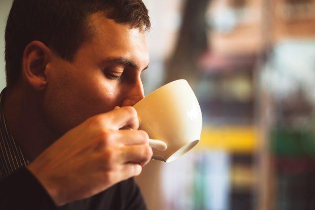 Barista-Kurs Berlin – Mann trinkt Kaffee