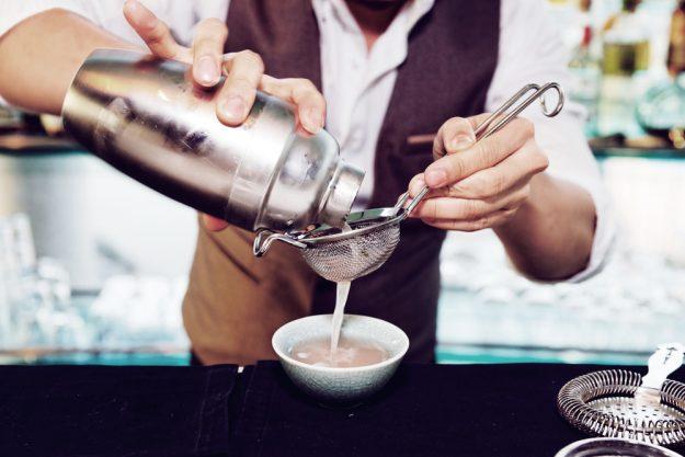 Cocktailkurs Berlin - Bartender seiht Drink ab