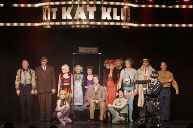 Erlebnisdinner Berlin – Ensemble auf Bühne im Tipi