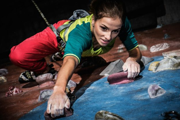 Firmenfeier in Berlin – Frau erklimmt Kletterwand