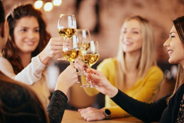 Firmenfeier Berlin – Kolleginnen trinken Wein
