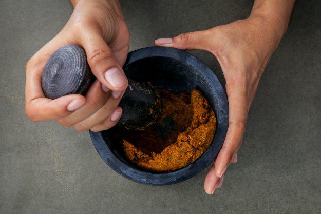 Indischer Kochkurs Berlin – Curry Paste mischen