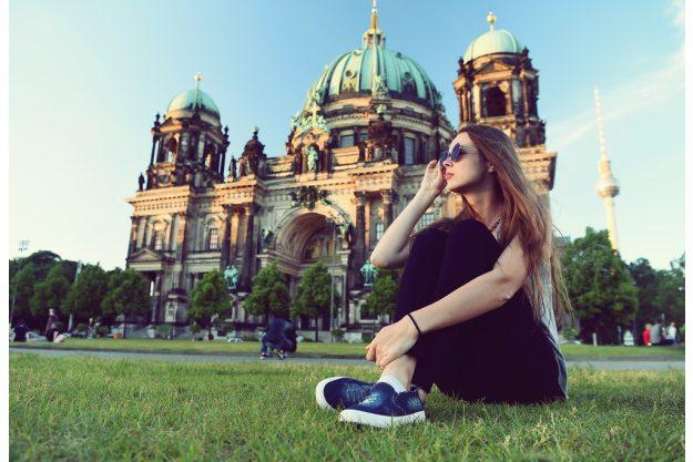 Kulinarische Stadtführung Berlin – junge Frau vor der Berliner Kathedrale