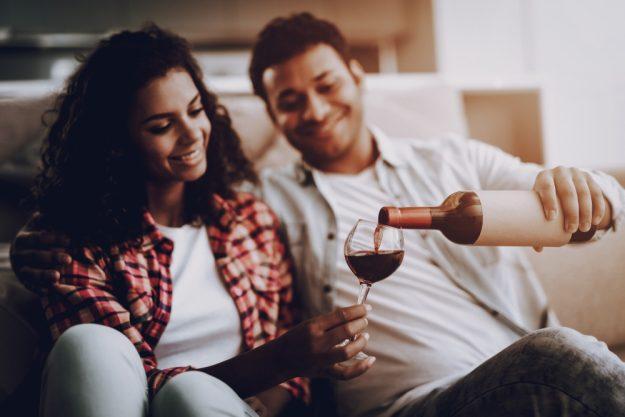 Online Rotweinprobe Pärchen beim Genuss