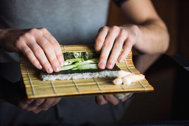 Sushi-Kurs Berlin – Sushi mit Gurke rollen