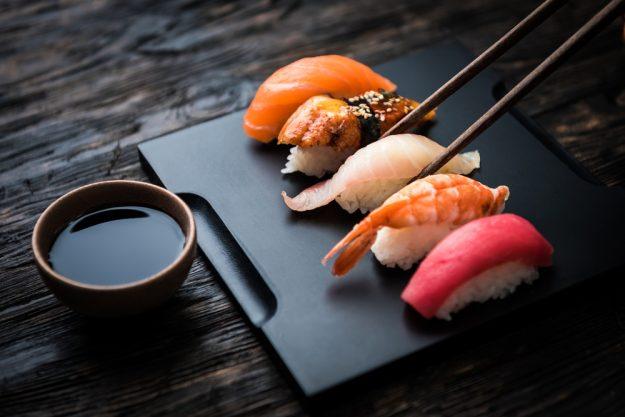 Sushi-Kurs Berlin – Sushi mit schwarzem Hintergrund