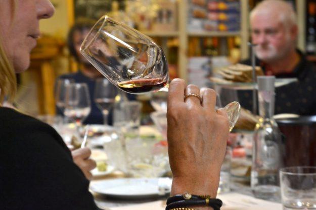 Weinprobe Berlin – Frau trinkt Rotwein