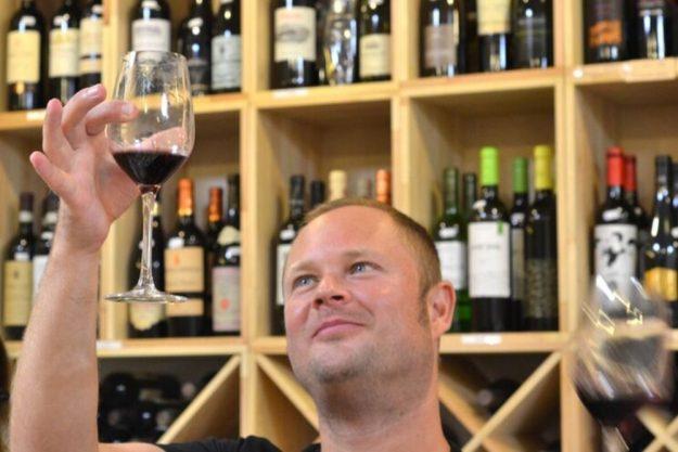 Weinprobe Berlin – Mann prüft Weinfarbe