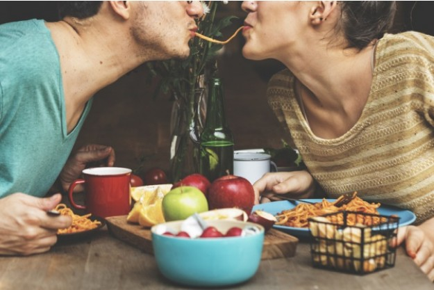 Erotik-Kochkurs Hannover - Paar isst erotisches Menü