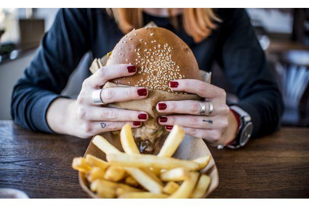 Burger-Kochkurs Hannover – Frau isst Burger