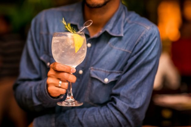 Gintasting-at-Home-Barkeeper-mit-Gin-Tonic