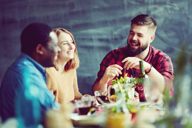 Kulinarische Reise nach Fernost –  Kursteilnehmer amüsieren sich