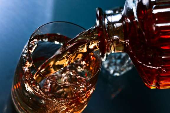 Whisky-Tasting mit Dinner in Darmstadt – Whisky einschenken