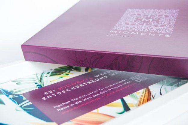 Erlebnis Geschenkgutschein 50 € –Geschenkbox mit einer schimmernden Heißprägefolie