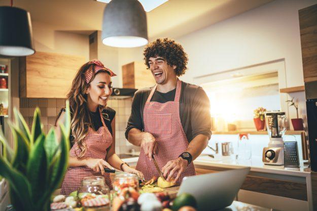Kochkurs Online Tapas – Paar kocht zusammen