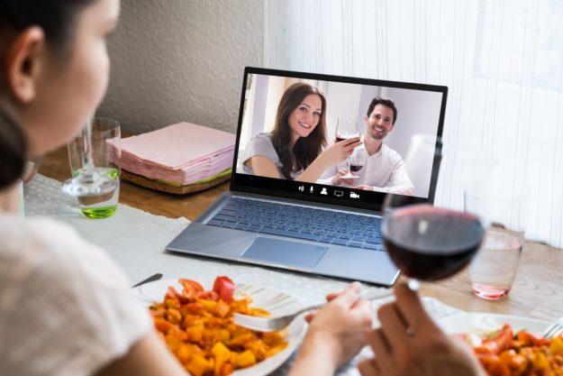 Online-Firmenfeier-Weinprobe-Anstoßen