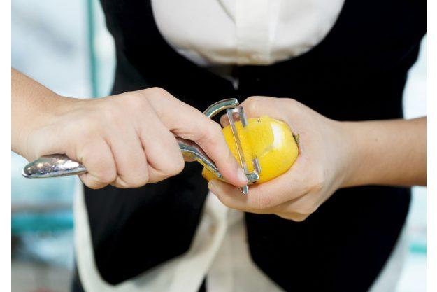 Cocktailkurs Regensburg - Zitronenzesten schälen