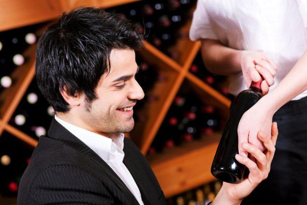 Weinseminar Regensburg - Mann liest Wein-Etikett