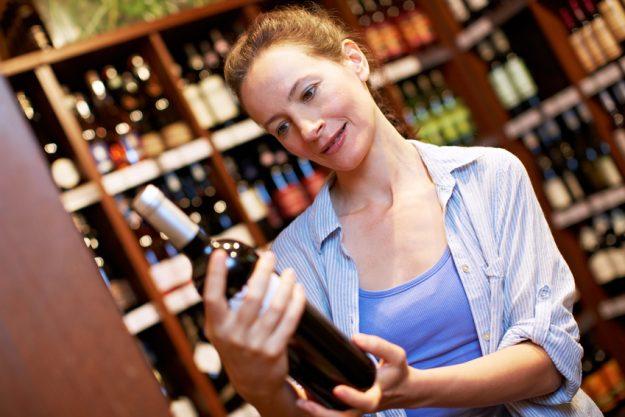 Weinseminar Regensburg -  Frau prüft Wein