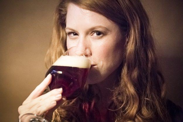 Geschenkgutschein Bierprobe – Frau kostet Pale Ale