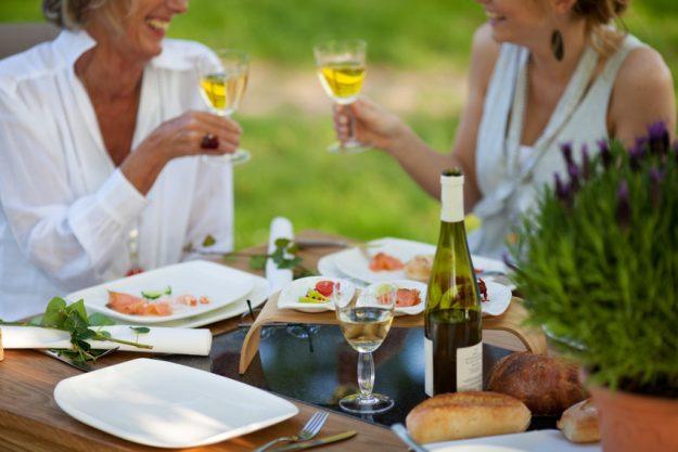 Weinprobe in Radebeul – Frauen mit Weißwein